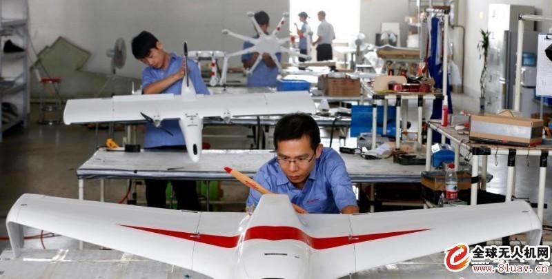 无人机制造车间 航空基础供应体系将发生巨变 过去的一年,得益于航空工业的强劲增长,世界航空钛合金与碳纤维复合材料市场不断走高。 2015年7月,美国铝业(AA)公司在不到9个月的时间内,斥资约43.5亿美元完成对英国福瑞盛、德国TITAL和美国RTI国际金属公司的收 购,迅速布局航空钛合金以及3D打印市场。2015年8月,巴菲特宣布将以372亿美元收购精密铸件(PCC)公司,大举进军航空制造业。面对来自资本巨 头的竞争,美铝(Alcoa)公司于9月做出分拆决定,加速向下游金属服务和加工企业转型,而该公司