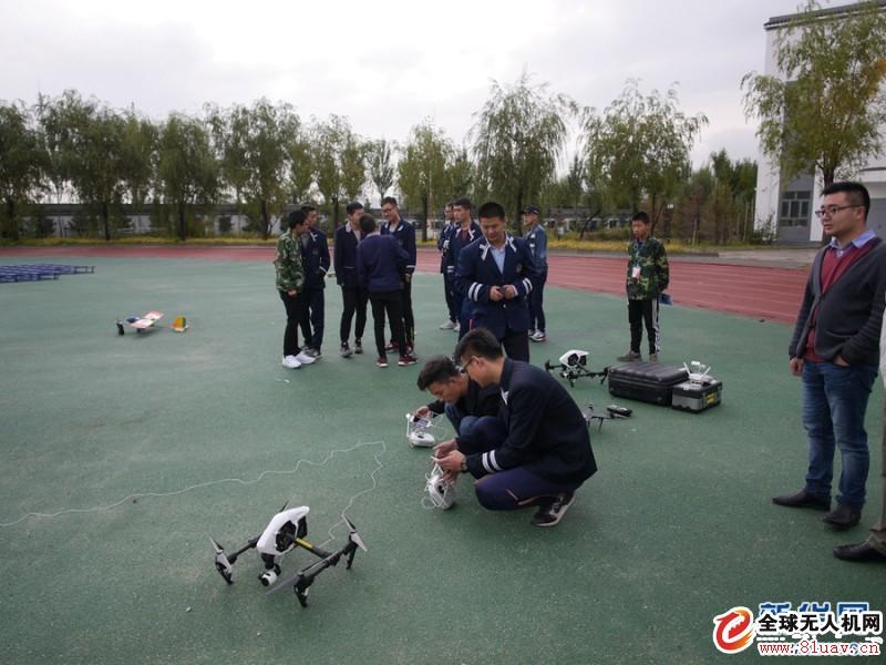 9月27日,在青海省西宁市二十一中校运动会上,该校航模社团成员进行了