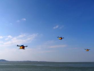 无人机组团跨海送货 9分钟就送到她手里