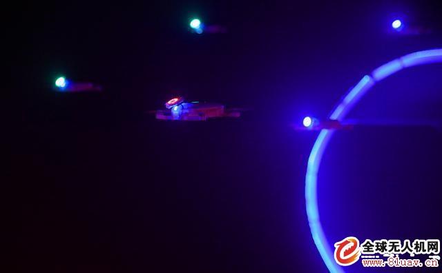 无人机编队和室内激光秀的跨界足够我们眼前一亮!