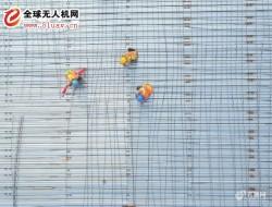 航拍高温下建筑工地钢筋工宛如五线谱上的音符