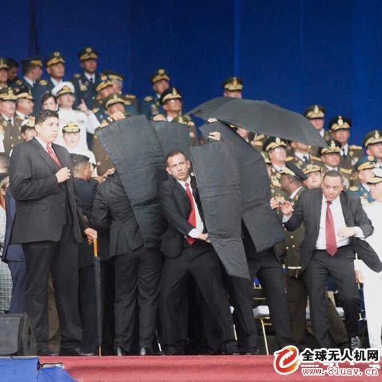 警卫们在爆破发生后竖起盾牌维护总统马杜罗